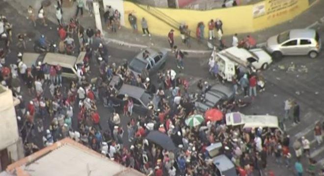 Festa clandestina em Itaquera acontece no meio da rua com som alto e bebidas
