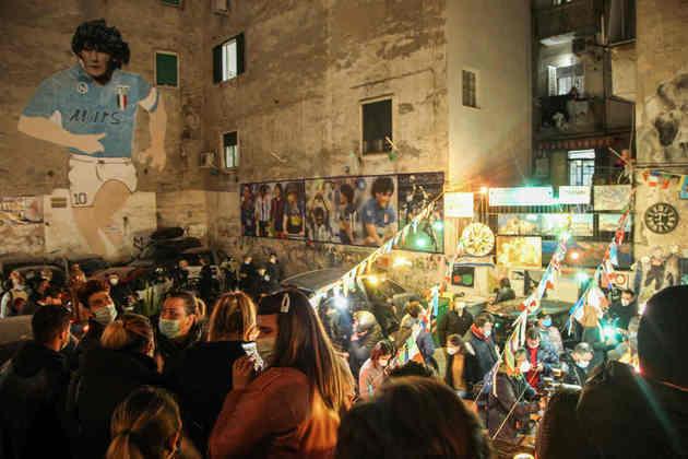 Bairro Quartieri Spagnoli foi tomado por fãs de Maradona.