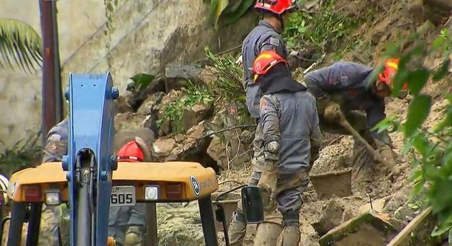 Bombeiros buscam corpos soterrados após deslizamento na Baixada Santista