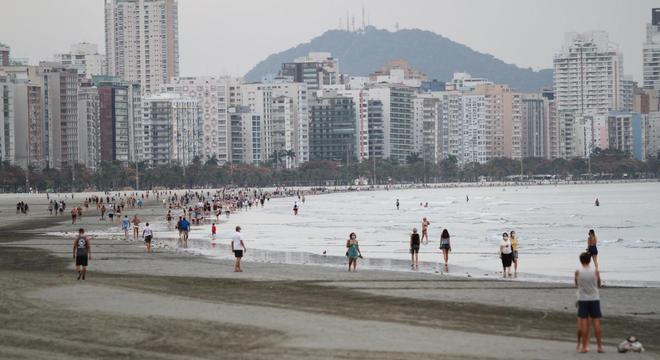 Mesmo com a pandemia, turistas foram às praias da Baixada Santista