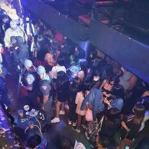 Jovens aglomerados, em festa, durante pandemia