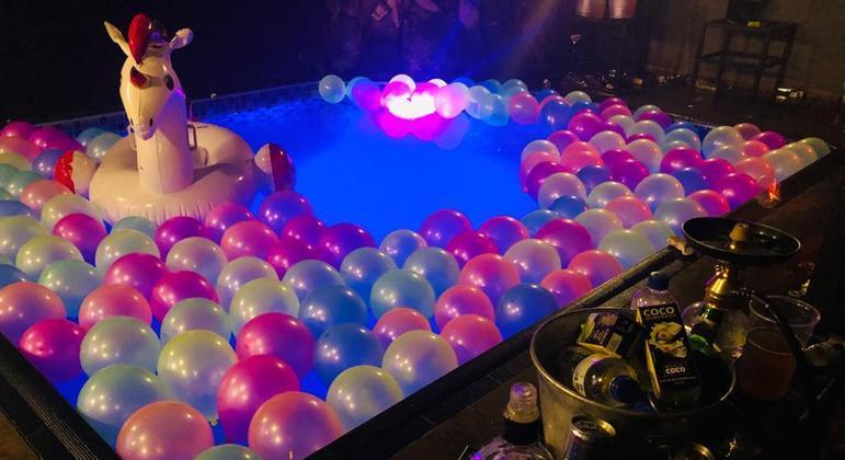 Mais de 200 pessoas dançavam ao redor de uma piscina em uma balada clandestina