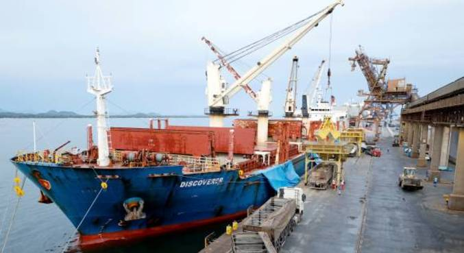 Cargueiro descarrega soja no porto de Paranaguá, no Paraná