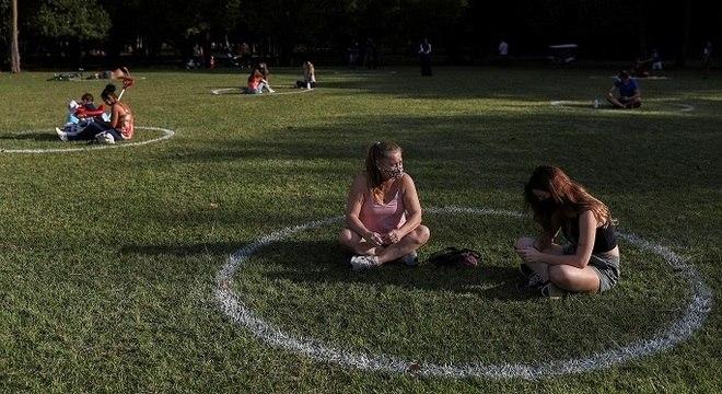 Em São Paulo, Parque Ibirapuera fez círculos para marcar distanciamento social