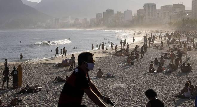 Contrariando recomendação da OMS, domingo (21) foi de praias cheias no Rio