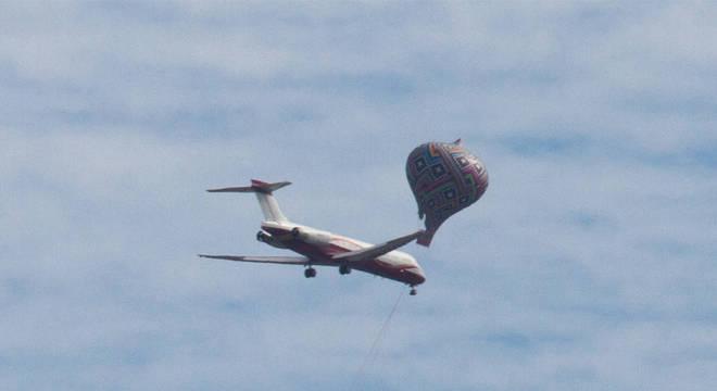 Fotógrafo fez registro de balão passando bem próximo de avião em 2015