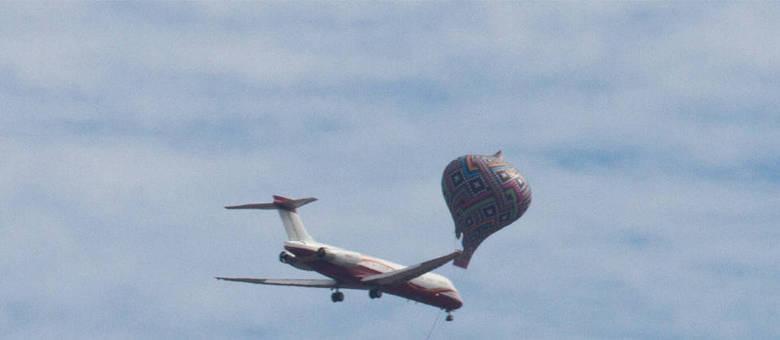 Balão é registrado próximo de um avião no Aeroporto Internacional de Cumbica, em Guarulhos