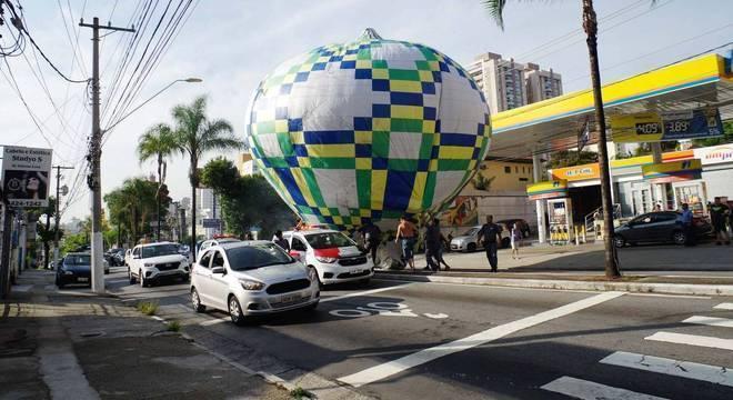 Grupo tenta resgar balão que caiu próximo a posto de gasolina em SP