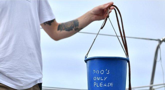 ...em que um balde azul de plástico servia de banheiro para os tripulantes