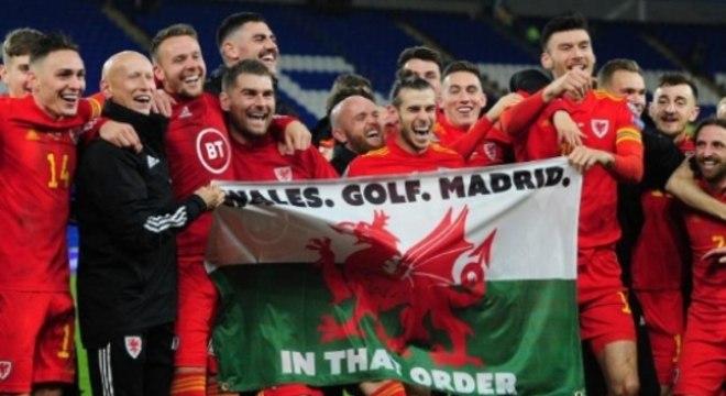 Bale com bandeira escrito 'Gales. Golfe. Madrid'