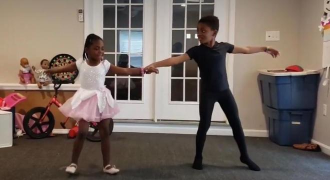 Irmãos fazem apresentação de balé