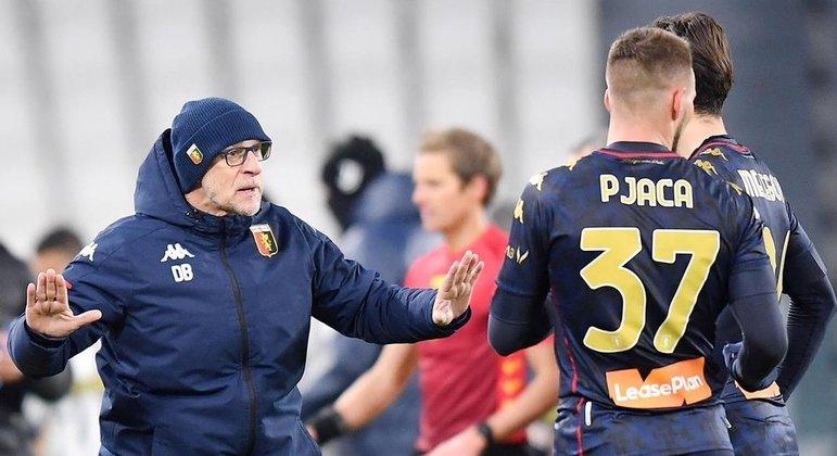 Na sua lateral, Ballardini, o treinador do Genoa, aposta no bingo dos penais