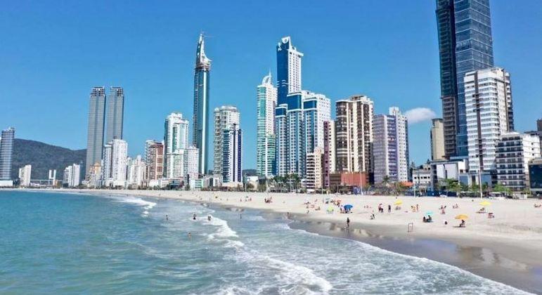 Balneário Camboriú (SC) libera 1º trecho de praia após alargar faixa de areia