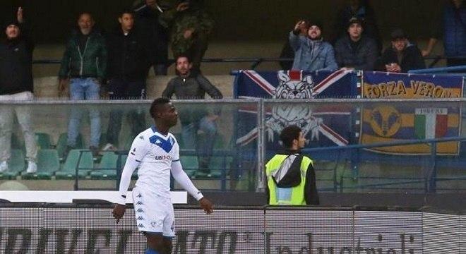 Irritado, Balotelli chtou a bola em direção à torcida adversária após gritos racistas