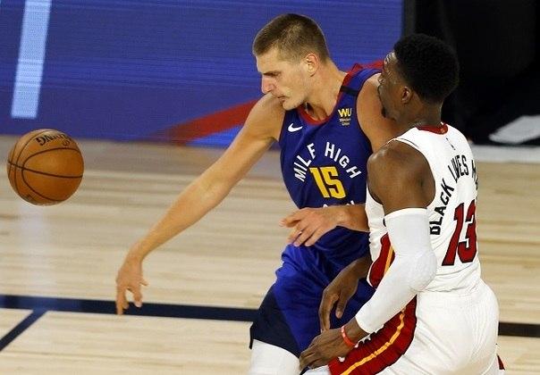 Bam Adebayo (Miami Heat) e Nikola Jokic (Denver Nuggets) foram os principais nomes da partida, realizada na tarde de sábado. O Heat venceu o jogo, mas no confronto dos pivôs, Adebayo foi ligeiramente melhor ao somar 22 pontos, nove rebotes e seis assistências, enquanto Jokic fez 19 pontos, sete rebotes e teve seis passes decisivos