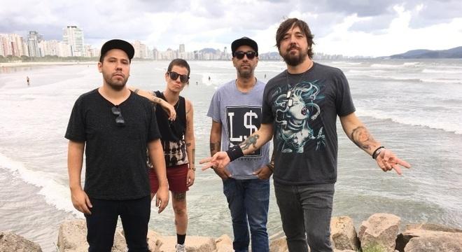 A banda Bula posa no Emissário Submarino, em Santos