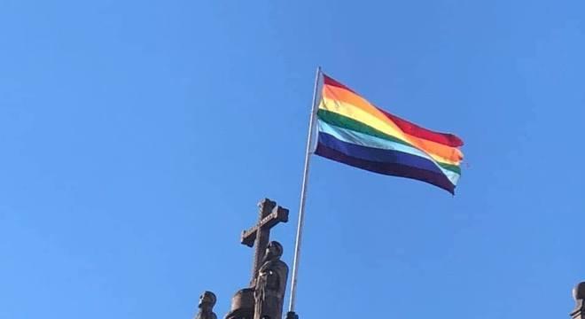 Visitantes se surpreendem ao encontrar a bandeira da cidade sobre igrejas locais