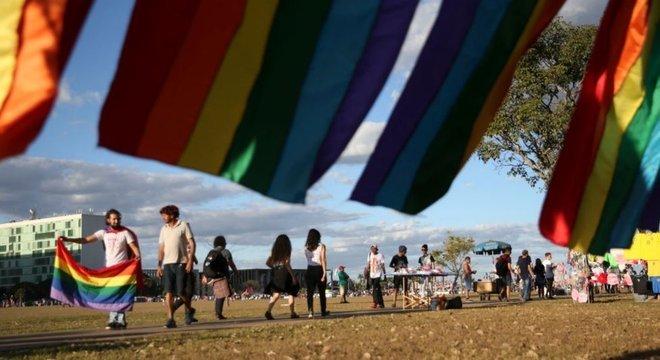 A bandeira LGBT atual tem seis cores - e não oito como a de Cusco. Na foto, manifestantes com a flâmula na Parada LGBT de Brasília de 2018
