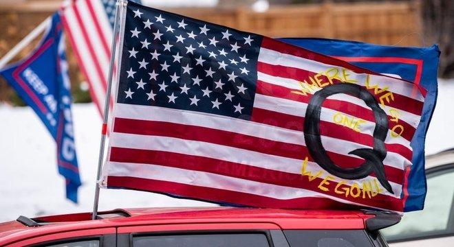Bandeira do QAnon tem aparecido em protestos do Stop the Steal