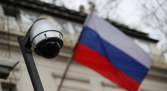 Câmera de vigilância em muro da embaixada da Rússia em Londres