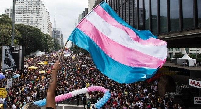 Bandeira do orgulho trans, durante manifestação em 2016