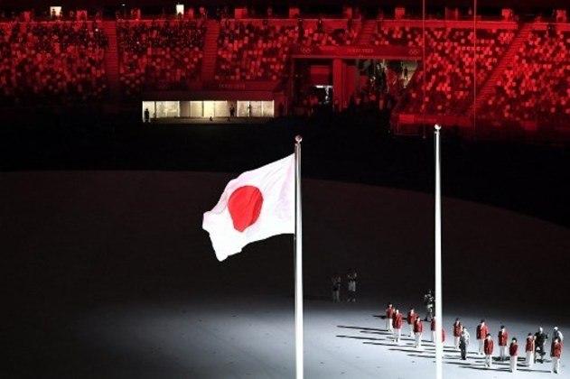 Bandeira tremula na Cerimônia de Abertura.