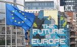 """Bandeira da União Europeia em frente a letreiro onde se lê """"O futuro é a Europa"""" na sede do Conselho da UE, em Bruxelas, Bélgica"""