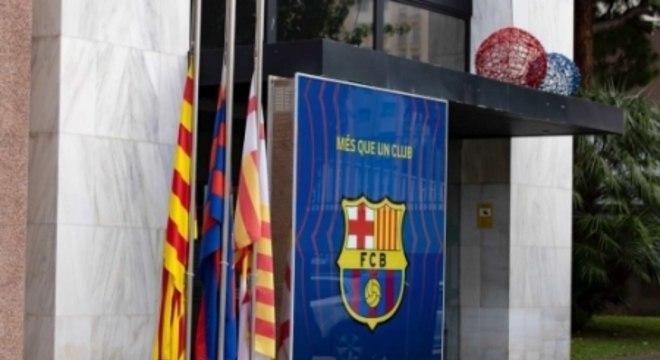 Bandeiras a meio mastro no Camp Nou
