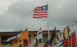 Inclusive o siteCrwflags.com mostra uma foto das bandeiras hasteadas