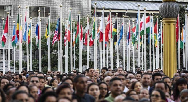Multidão acompanha solenidade de troca de bandeiras