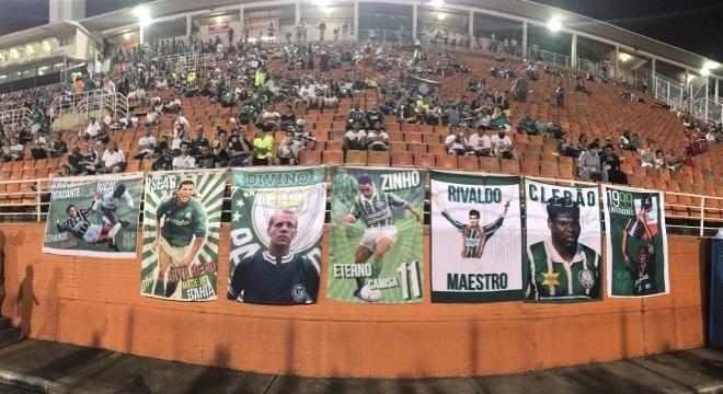 Ídolos do Palmeiras são homenageados por grupo de torcedores nos estádios