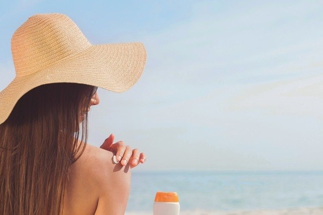 O banho de sol é recomendado para graus leves de psoríase, pois ajuda a reduzir a inflamação na pele. Já banhos quentes, por exemplo, não são indicados, segundo a dermatologista, pois removem a camada de proteção da pele, piorando o quadro. A médica orienta um estilo de vida saudável, pois também ajuda a controlar a doença