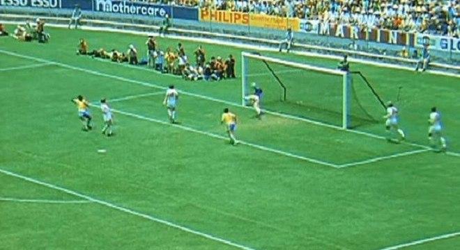 Banks dá o tapa inacreditável em cabeçada de Pelé na 'Defesa do Século 20'