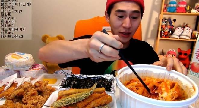 Com 3,3 milhões de seguidores, o coreano Banzz recebe em média meio milhão de visualizões em seus vídeos de 'mukbang'