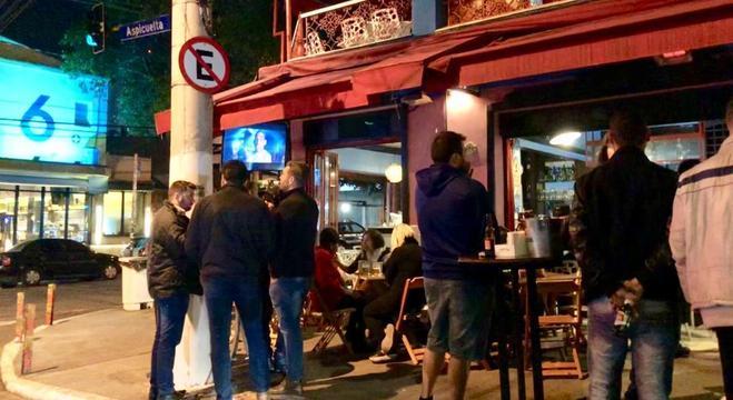 Na Vila Madalena, som alto virou problema até para quem frequenta os bares