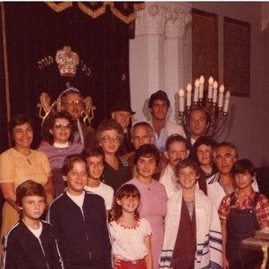 Encontro de gerações em sinagoga