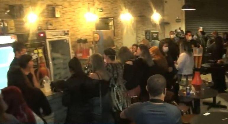 Polícia fecha bar com mais de 50 jovens aglomerados na zona norte de São Paulo