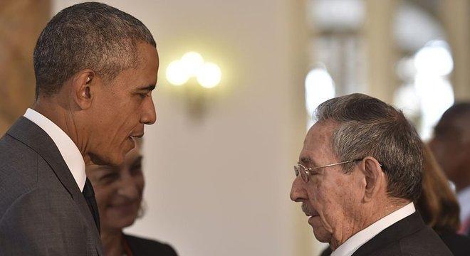 Barack Obama e Raúl Castro em foto de 2016; fim da política 'pés secos, pés molhados' fez parte de tentativa de melhora nas relações bilaterais dos países