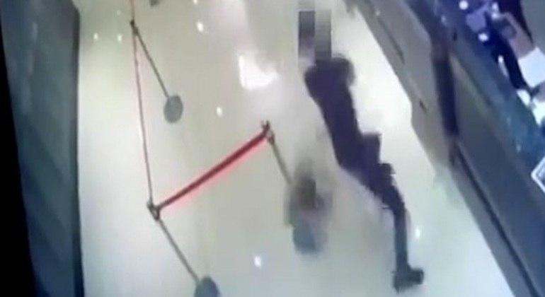 Vídeo mostra momento em que homens entram correndo no restaurante