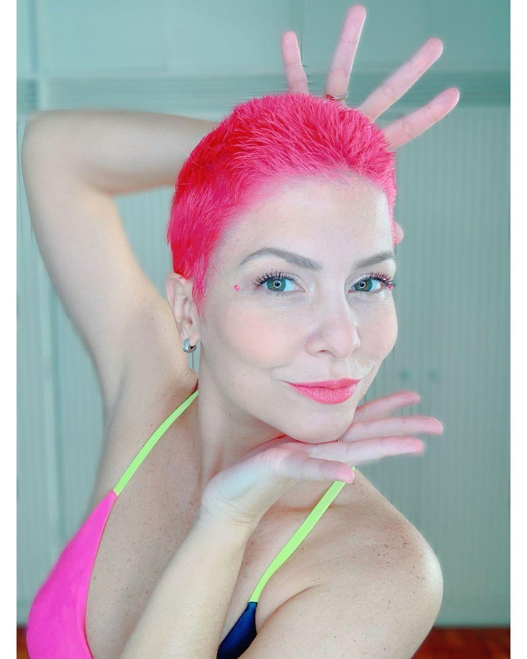 Depois de raspar e platinar os cabelos, Bárbara pintou os fios de rosa
