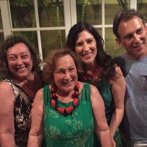 Bárbara Bruno à esq. da foto com irmãos e a mãe, Nicette, já falecida