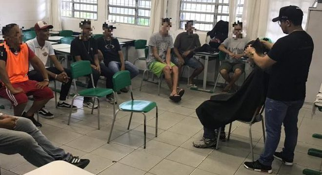 Curso de barber shop (barbeiro) com 10 ex-internos de unidades socioeducativas
