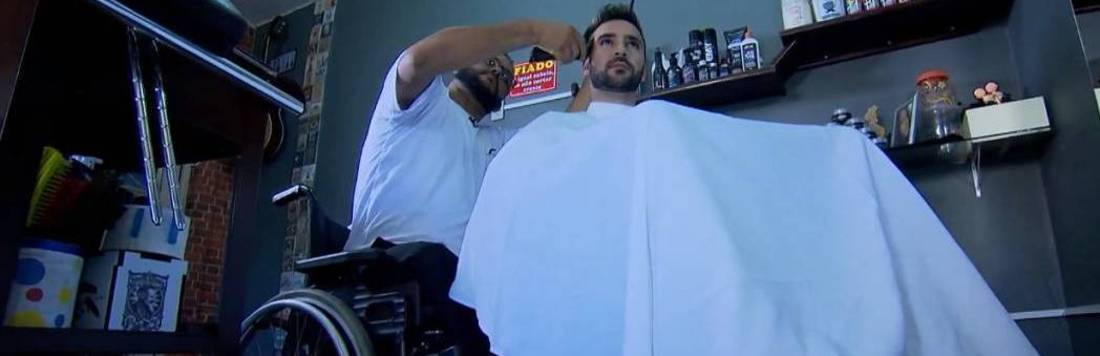 """Faça Parte: conheça a história do """"Cadeira"""", um barbeiro sobre rodas"""