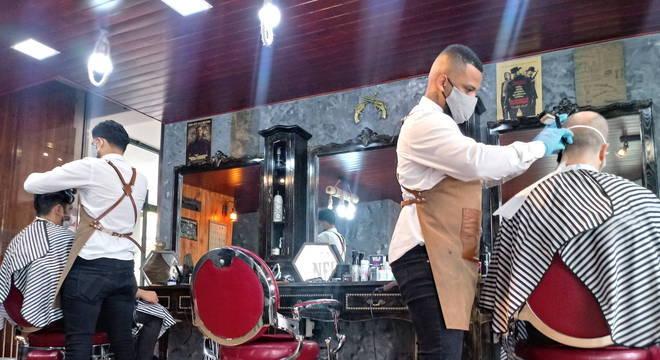 Na primeira fase do plano, compreendida entre 4 e 17 de maio, está autorizada a abertura do comércio local. São lojas com até 200 metros quadrados, livrarias, barbearias, cabeleireiros e outros estabelecimentos de pequeno porte