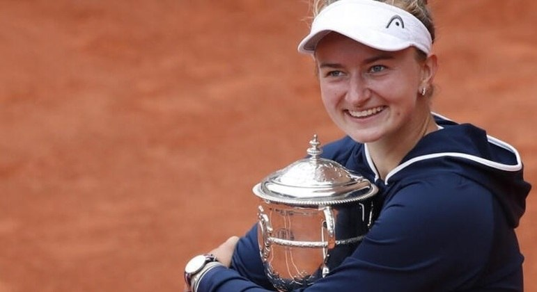 Tenista tcheca Barbora Krejcikova comemora título feminino de simples de Roland Garros