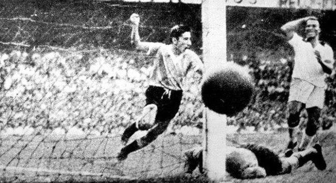 O lance que marcou a vida de Barbosa. O gol da vitória do Uruguai
