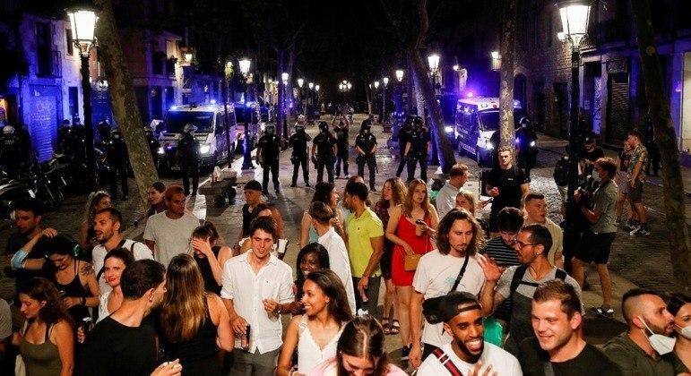 Na Espanha, por exemplo, festas e aglomerações levaram país a decretar toque de recolher