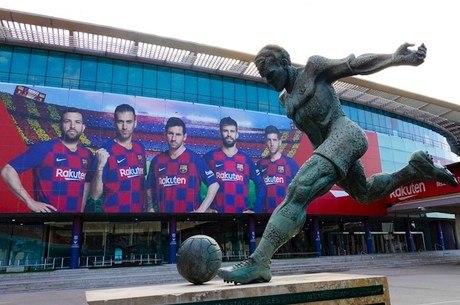 Barça ergueu estátua de Kubala em frente a estádio