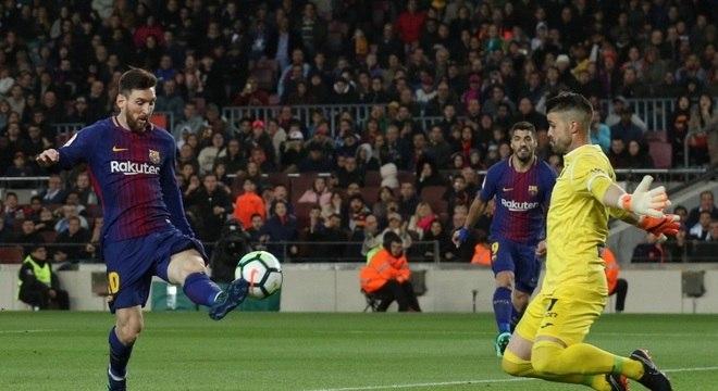 Messi supera o goleiro Cuellar e faz o terceiro gol do Barcelona