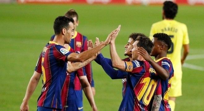 Jogadores do Barça comemoram gol na vitória sobre o Villarreal